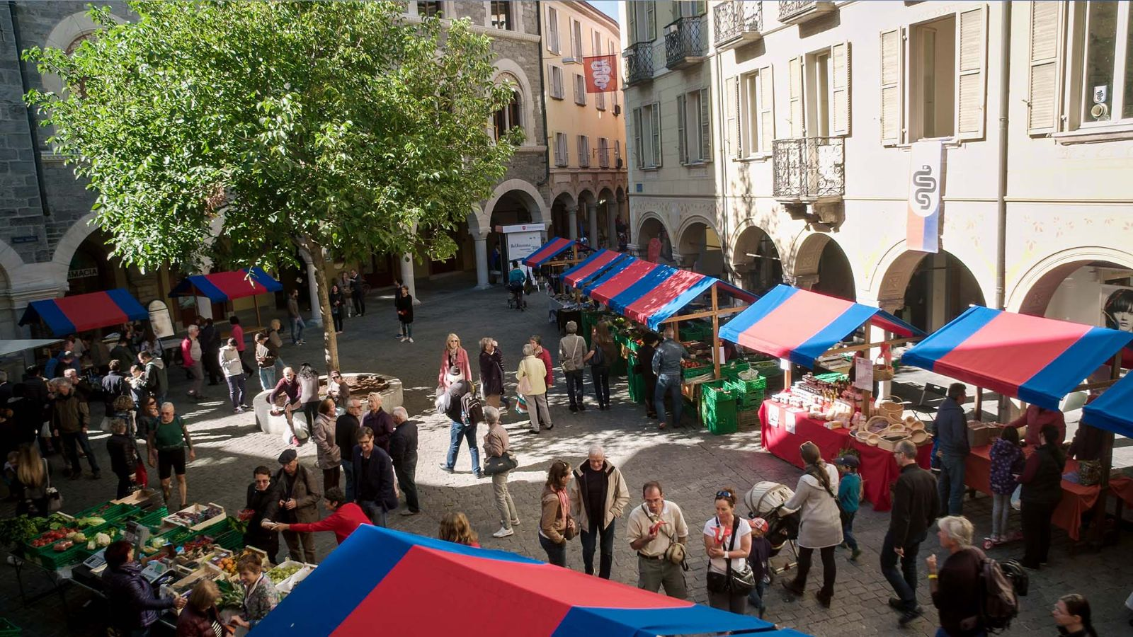 Piazza Nosetto, der traditionelle Samstagsmarkt