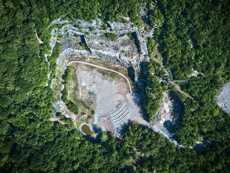 Image 0 - Arzo quarries