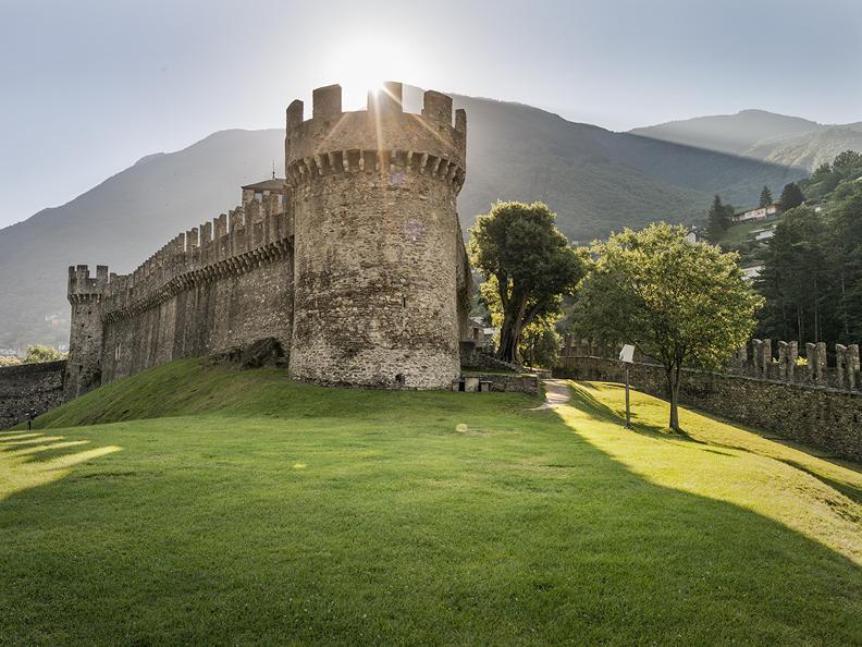Image 0 - Burg Montebello