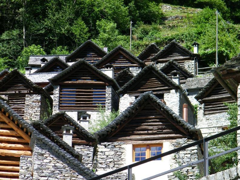 Image 0 - Le village de Brontallo