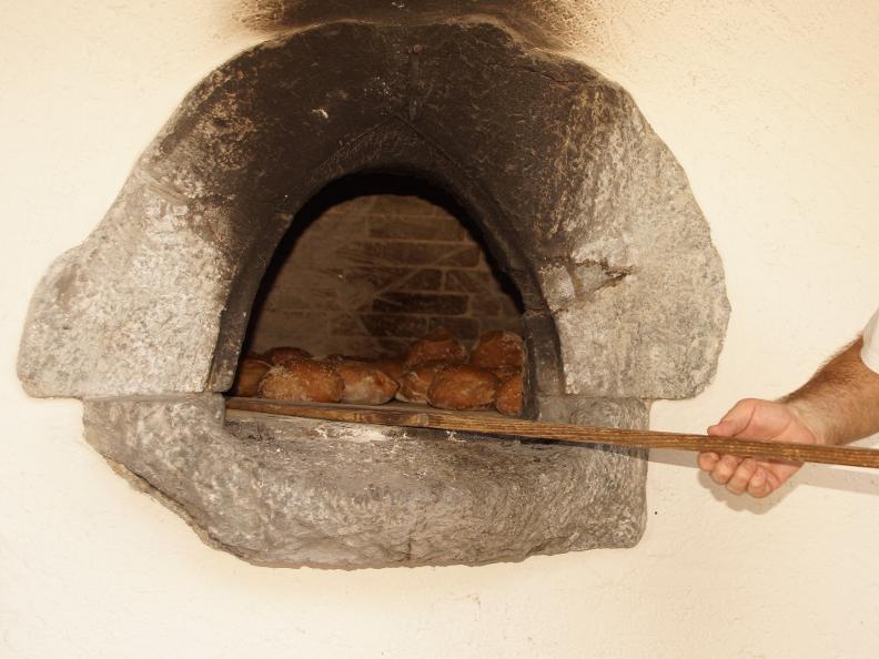 Image 0 - Intragna und Brot backen im alten Ofen